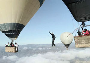 気球の間を綱渡り