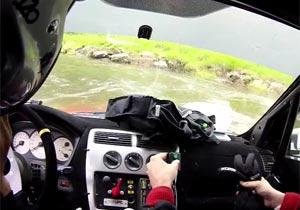 車が川に転落して水没の危機