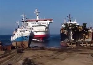 豪快に入港する大型船