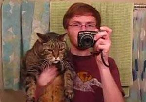 猫とドヤ顔男の写真