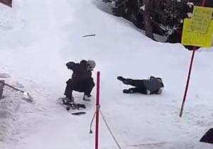 リフトに悪戦苦闘するスノーボーダー