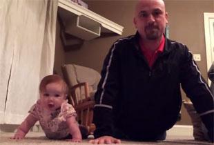 赤ちゃんの動きを真似するパパ