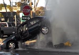 消火栓の水が車を持ち上げる