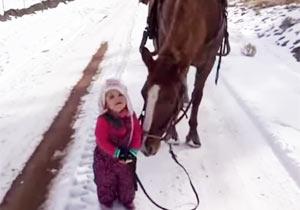 馬を連れて歩く女の子がキュート