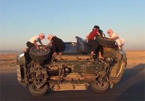 片輪走行でタイヤを外すアラブ人