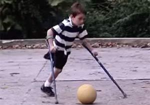 片足でシュートを決める少年
