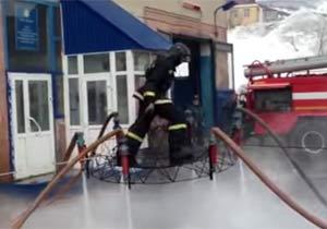 ホースの水力で空中浮遊する消防士