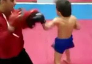 すごい少年のキックボクシングトレーニング
