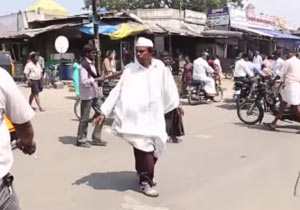 25年間後ろ歩きを続けるインド人