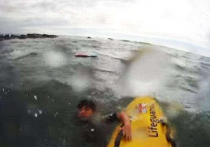 離岸流で流された少年を救助