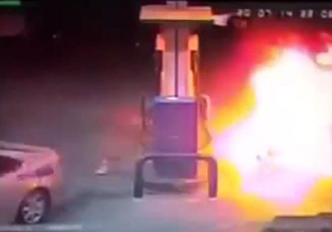 ガソリンが散乱して引火