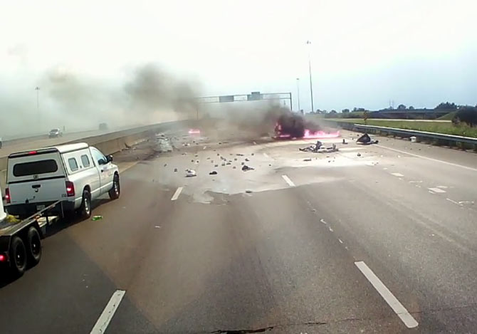 高速で大事故炎上する車を前に
