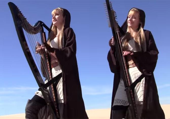 ハープを奏でる美人双子姉妹