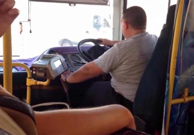 バスのハンドルが取れそう