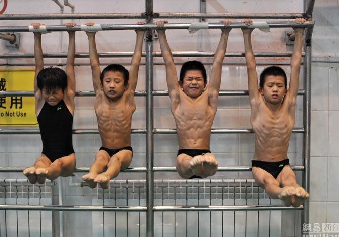 飛込競技の合宿に参加する子供たち