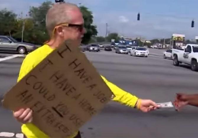 道端で5ドル札を配る男性
