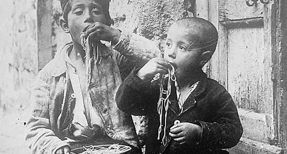 パスタを素手で食べる19世紀のナポリの人たち