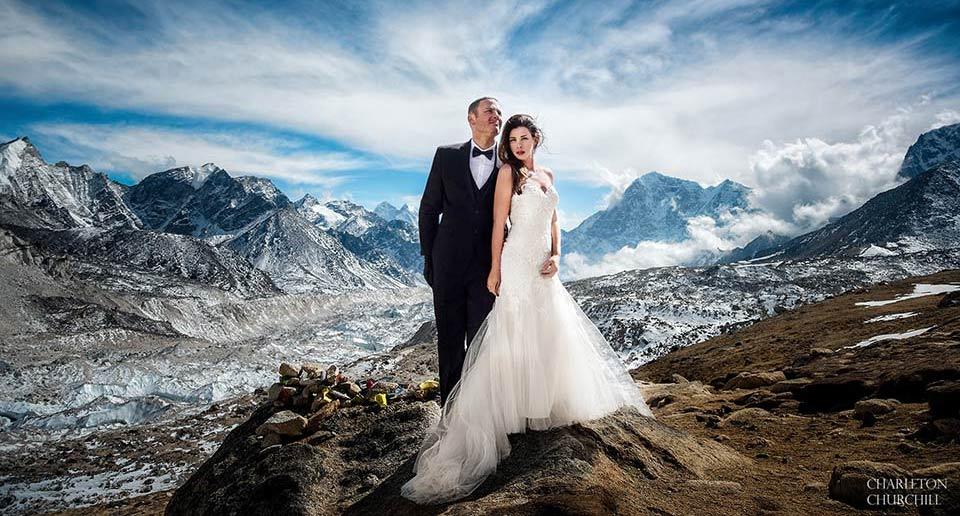 エベレストのベースキャンプで結婚式を上げたカップル