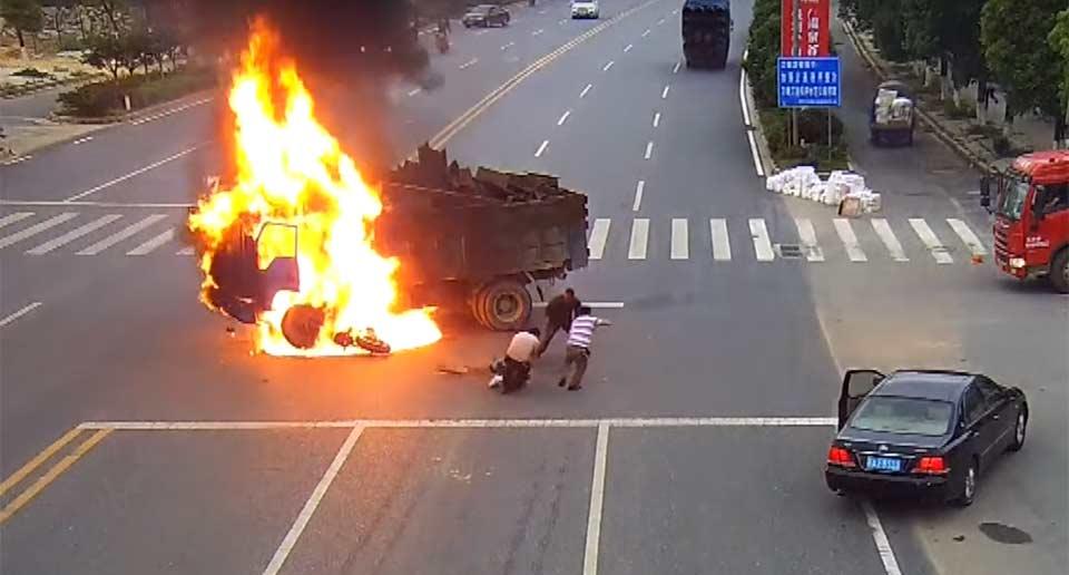 バイクがトラックに衝突炎上