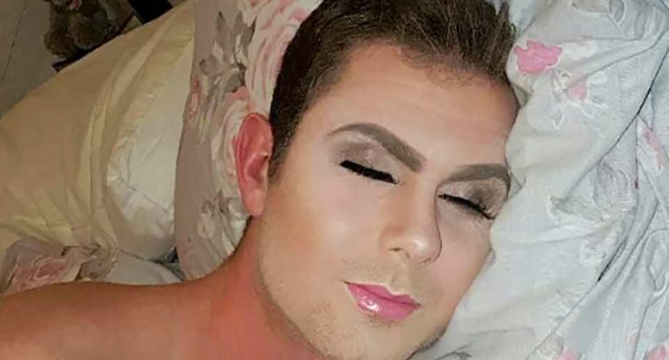 寝ている彼氏をメイキャップ